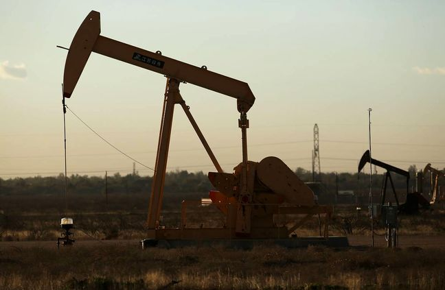 Oil rises on new output freeze calls, but traders bet on further falls