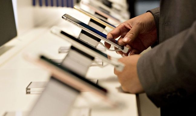 Apple Weighs Chinese Supplier for Next-Gen iPhone Screens