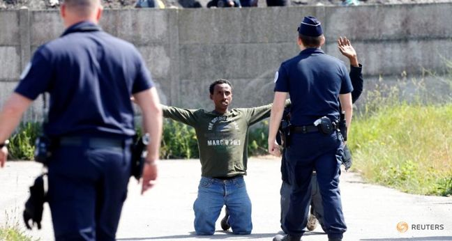 Human Rights Watch: French police use excessive force on Calais migrants