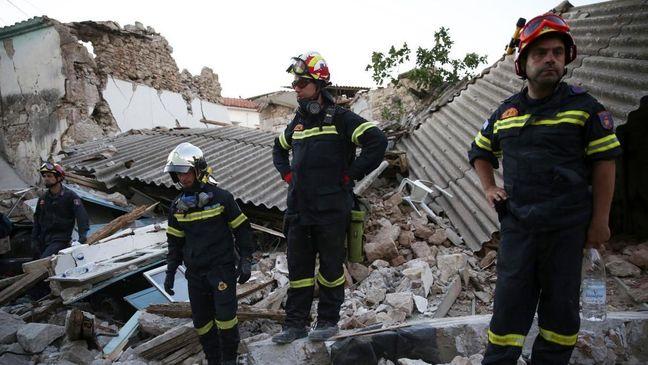 Strong quake off Turkish and Greek coasts kills two, injures dozens