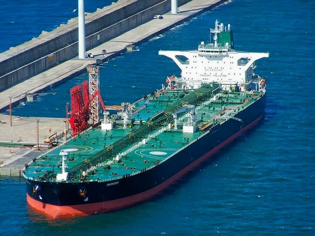 Heavy Tanker Traffic in Iranian Oil Terminals