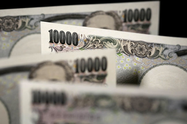 Yen Falls, Japan Stocks Advance on Abe Victory