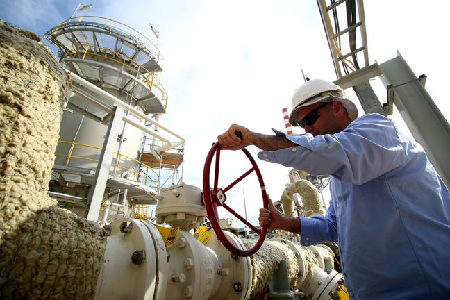 Oil prices fall on rising Iraq output, doubt over producer talk prospects