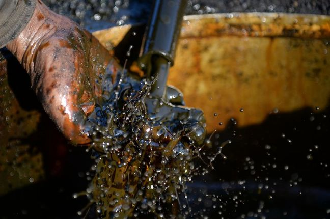 Oil's Bounce From Worst Week in Two Years Capped by Shale Fears