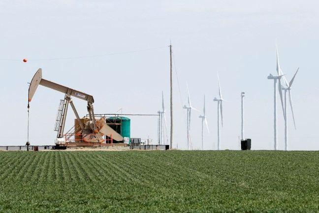 Oil Falls Amid Record U.S. Stockpiles, Upcoming Producer Talks