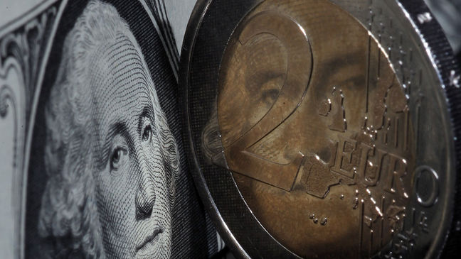 Trade war worries drag world stocks lower, yuan steadies